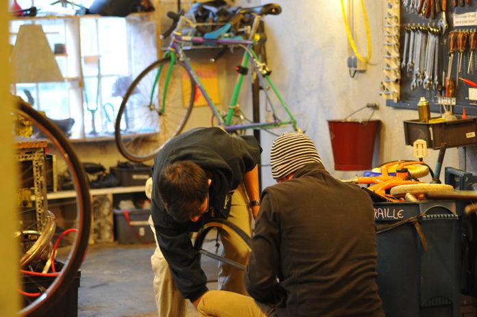 Entraide à l'Atelier du vélo